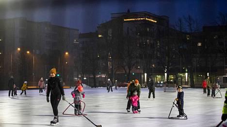 Ulkoliikuntatiloihin ei saa kertyä yli 50 hengen joukkoa. Porin Liisanpuiston jäällä oli kuluvana talvena runsaasti väkeä. Apua ei olisi edes siitä, että ulkotilaa rajattaisiin lippusiimoilla.