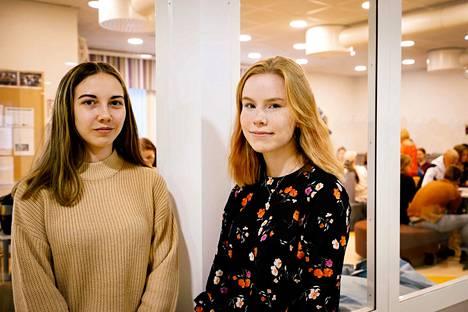 Jenna Santikko ja Ella Honkanen pitävät omaa lukiota tärkeänä houkuttimena kunnan nuorille. Neljä vuotta sitten remontoituihin tiloihin lukiolaiset ovat saaneet muun muassa oman taukotilan, jossa heillä on käytettävissään jääkaappi, mikro, kahvinkeitin ja musiikkisoittimet.