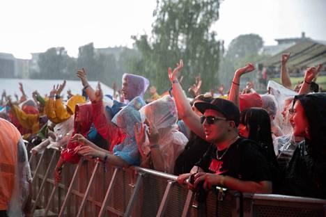 Viime vuoden Tammerfestissa moni festarikävijä kantoi mukanaan varusteita sateen varalta.