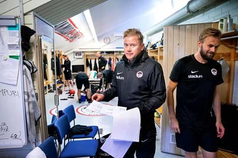 Ville Ulanen saa työkalupakkiinsa lisää sopimuspelaajia Suomen cupin alla. Kuvassa oikealla seisova Antti-Pekka Pihlainen päätti uransa viime kauteen.
