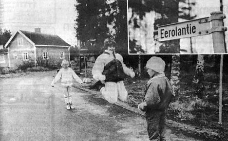 """""""Hei, milloinkas toi Eerolantien -kyltti on tuohon tullut"""", ihmettelevät Eerolantiellä asuvat Annariikka Autio ja Sari Kivinen sekä Raja-ahontiellä asuva Kirsi Kähkönen."""