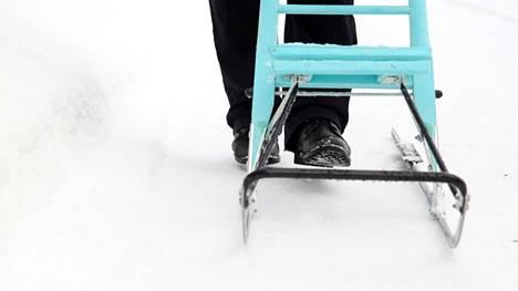Kirjoittaja kertoo, että enimmän ajan ovat väylät hiekoitettuja, kuten jalankulkijoiden turvallisuus edellyttääkin.