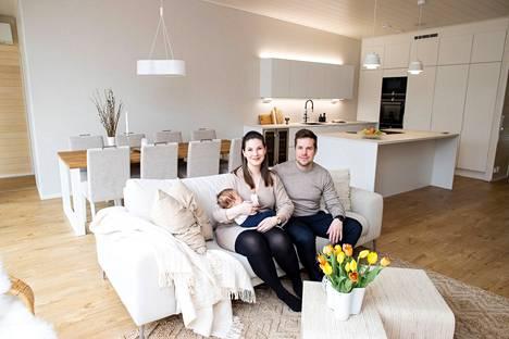 Juho Haikola ja Riikka Vahtervuo ovat asuneet uudessa kodissaan Vuoreksessa marraskuun lopusta asti. Veetu Haikola-Vahtervuo sai muuttaa suoraan uuteen, valmiiseen kotiin. Ruoanlaittoa rakastava pariskunta piirsi taloonsa ison keittiön, jossa on muun muassa kaksi uunia.