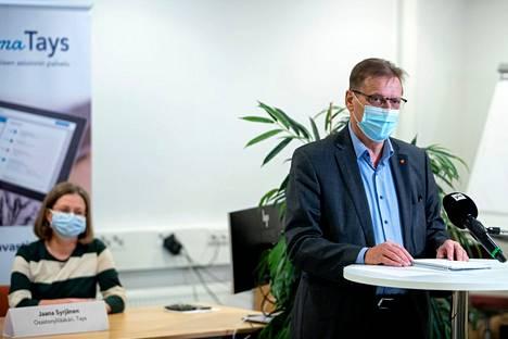 """Pirkanmaan pandemiaohjausryhmään eli """"koronanyrkkiin"""" kuuluvat muun muassa Tampereen pormestari Lauri Lyly (oik.) ja Taysin infektioyksikön ylilääkäri Jaana Syrjänen (vas.)."""