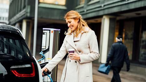 Heleniltä asiakas saa sähköautojen latausinfran avaimet käteen -toteutuksena, mikä sisältää kartoituksen, suunnittelun, toteutuksen ja avustusten haun.