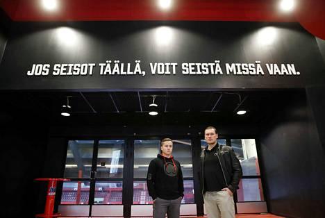 Jaakko Ruusunen (oikealla) haluaa seisoa sanojensa takana ja varmistaa, että Ässät tarjoaa jatkossa kunnon safkat pelaajille. Arkistokuvassa myös Ässien myyntineuvottelija Eero Kemppi.