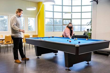 SAMKin nykyaikainen ja viihtyisä kampus keskellä kaupunkia ihan matkakeskuksen vieressä. Työskentelyä varten on hyvät tilat, esimerkiksi kirjasto ja ryhmätyöskentelyhuoneet. Aikaa voi viettää myös opiskelijoiden omassa olohuoneessa.