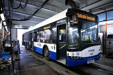 Bussi odottaa siivousta TKL:n varikolla Nekalassa.