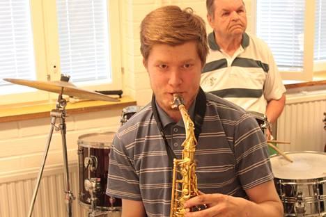 Kiikan Torvisoittokunnan nuorin jäsen on 23-vuotias saksofonisti Ville-Matti Kartano. Rumpuja soittamassa Jorma Vuorenoja.
