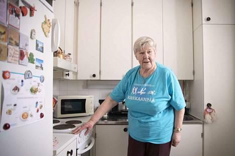 Seurakunnan vapaaehtoinen sai Anneli Lindholmin muuttamaan keittiönsä järjestystä paloturvallisemmaksi. Nykyään hän ei säilytä mikron päällä mitään.