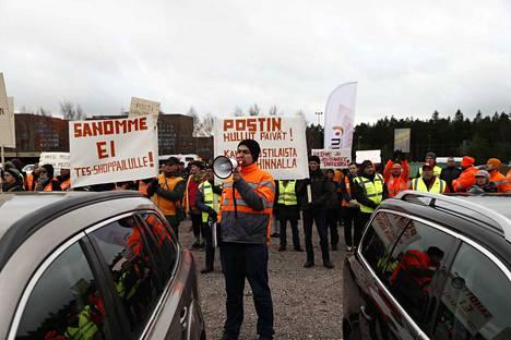 Postin työntekijät marssivat tiistaina Postin pääkonttorin eteen osoittamaan mieltään. Mielenosoituksen kutsui koolle PAU, jonka lakko alkoi maanantaina.