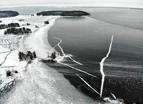 Näsijärven Peurasaarissa (kuvassa vas.) on jo jäätä, mutta avovesi on hyvin lähellä.