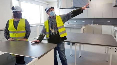 Sinervän uuden koulun viittä opetuskeittiötä pääsevät käyttämään myös tilaisuuksien järjestäjät ja uuden koulun iltakäyttäjät. Tiina Löytömäki ja Reima Viitala keskustelevat ilmanvaihdosta.