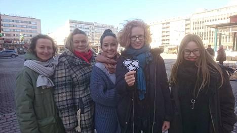 Puhekupla haastaa keskustelemaan asenteista maahanmuuttajia ja rasismia kohtaan. Työryhmässä mukana Jenni Urpilainen, Niina Hosiasluoma, Pinja Hahtola, Sirkku Varjonen ja Sanna Ryynänen.