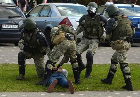 EU:n lisäksi Yhdysvallat ja Britannia ovat asettamassa sanktioita Valko-Venäjälle, jonka johtaja Aleksandr Lukashenkon hallinto on pahoinpidellyt, pidättänyt ja kiduttanut lukemattomia rauhaomaisia protestoijia. Turvallisuusjoukot ottivat nuoren minskiläispojan kiinni 13. syyskuuta.
