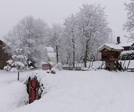 Ahti Oksa lähetti tervehdyksen Innalanraitilla sijaitsevan kotinsa pihalta Huittulasta. Vuoden ensimmäisenä päivänä otetussa kuvassa näkyy  lintuhäkki kellarin katolla.