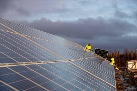Lempäälän energian jättimäinen aurinkopaneelikenttä oli valmistumassa vuonna 2018.