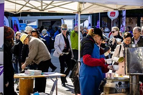 Eurovaaleissa ovat esillä monet samat teemat kuin eduskuntavaaleissa. Puolueet kampanjoivat Helsingin keskustassa torstain Eurooppa-päivän juhlallisuuksissa.