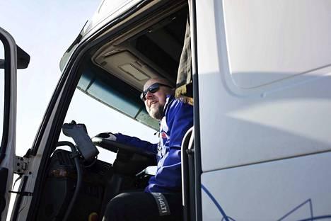 Arto Nieminen on ajanut kuorma-autoa lähes 40 vuotta. Hän on muun muassa kuljettanut Suomen hiihtomaajoukkueen varusteita arvokisoihin.