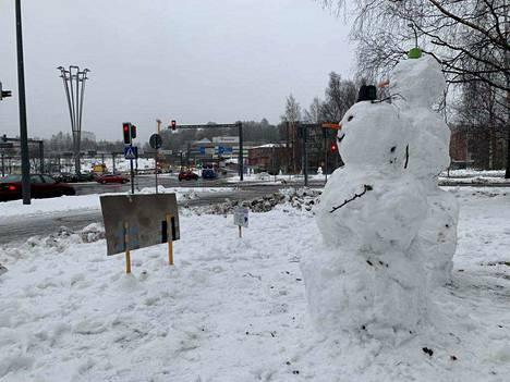 Lumiukkoja oli rakennettu eri puolille liikenteenjakajaa. Hieman liioitellen voisi puhua jopa lumiukkopuistosta.