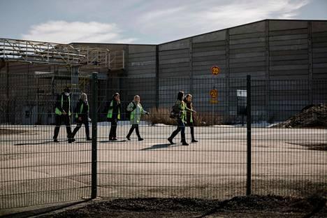 Stora Enson Veitsiluodon tehtaan työntekijät marssivat ulos työpaikaltaan 21. huhtikuuta 2021.