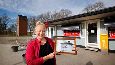 Heini Koskinen otti hoitaakseen Reposaaren Satamapuistossa sijaitsevan kioskin. Kioskilla on historiaa jo kymmeniä vuosia.
