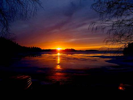 Auringon viimeiset hetket Pihlajaveden Sahanrannassa 7. huhtikuuta.