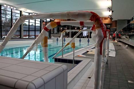 Kankaanpään uimahallin isoa allasta täytetään vedellä. Veden pinta nousee noin 60 senttimetriä vuorokaudessa.