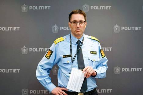 Poliisipäällikkö Ole Bredrup Säverud puhui medialle Tønsbergin kaupungissa pidetyssä tiedotustilaisuudessa 14. lokakuuta. Tønsberg sijaitsee lähellä Kongsbergiä, missä jousipyssyllä varustautunut mies hyökkäsi ihmisten kimppuun keskiviikkona.