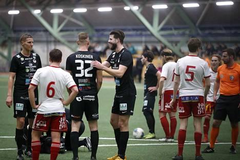 MuSan uusi färsaarelainen kärkipelaaja John Frederiksen (keskellä) debytoi ottelussa.