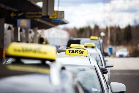 Taksijonoissa ei välttämättä pysty erottamaan, minkä yhtiön listoille kukin taksi kuuluu. Kuvituskuva Tampereen lentokentältä.