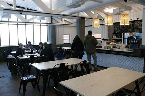 Vanha rinnekahvila on muuttunut edukseen, vaikkei kaikkia paikkoja ravintolassa olekaan remontoitu uusiksi.