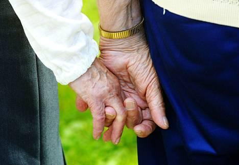 Kirjoittaja kysyy, jatketaanko säästöjen toteuttamista yhä kurjistamalla vanhusten, vammaisten ja pitkäaikaissairaiden oloja palveluita karsimalla.