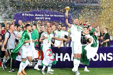 Algerian pelaajat juhlivat Afrikan mestaruutta, joka on maan historian toinen.