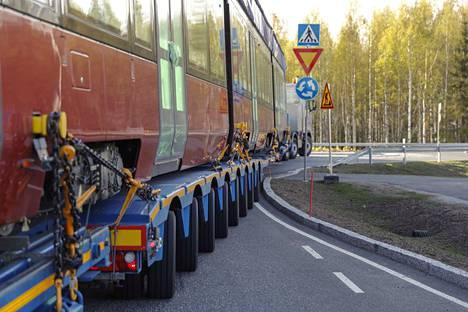 Kuljetusliike K. Rissanen taiteili Sääksjärven liittymässä pari tuntia, jotta kuljetus saatiin käännettyä kohti Hervantaa.