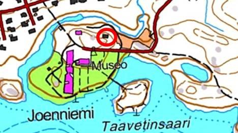 Serlachiuksen Einola rakennus sijaitsee parkkipaikalta museoon noustaessa oikealla puolen tietä.