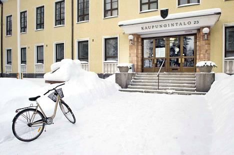 Kaupunginjohtaja Eero Väätäisen mukaan koulut ja päiväkodit ovat aika korkeassa riskissä. Tämä siksi, että kontaktipinnat ovat laajat ja monimuotoiset.
