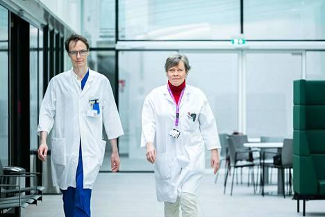 Taysin reumalääkäri Jarno Rutanen ja hematologi eli veritautilääkäri Marjatta Sinisalo ovat käynnistäneet kokeellista lääketutkimusta Taysissa pikavauhtia. Viimeiset viilaukset lupahakemuksiin tehtiin viime viikolla, ja tutkimukset toivotaan saatavan alkuun mahdollisimman pian toukokuun aikana.