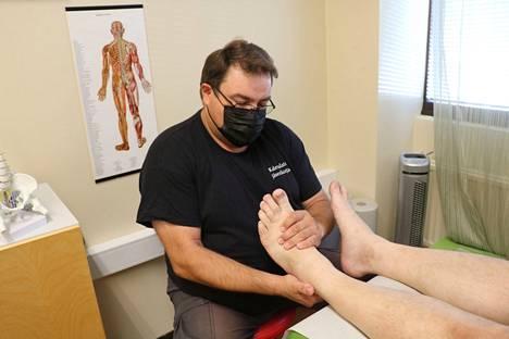 Kalevalaisen jäsenkorjaajan käsittely alkaa jalkapohjista. Jalat ovat ihmiskehoa pystyssä pitävä perusta, joten niihin käytetään hoidossa pitkä aika, kertoo Marko Korpela.