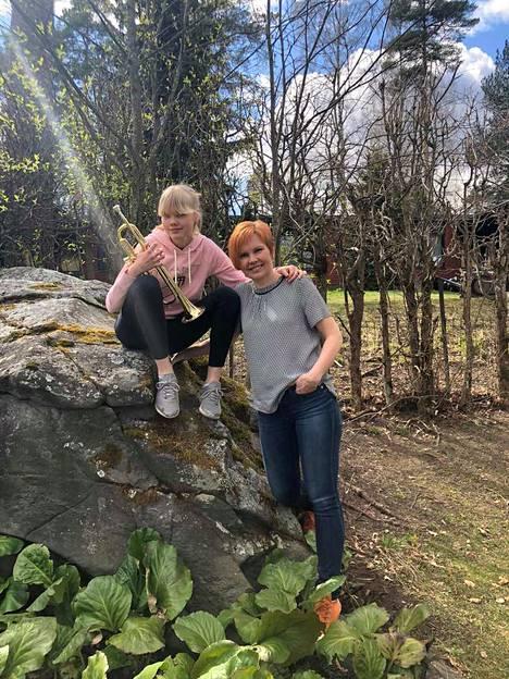 Venla ja Päivi Patrikainen ilahduttavat Nokian Uutisten tilaajia sunnuntaina erityisellä äitienpäiväesityksellä verkossa.