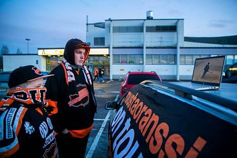 Jääkiekkojoukkue KooKoon kannattajat ajoivat Kouvolasta Tampereelle 12. maaliskuuta. Hakametsän jäähallilla selvisi, että koronaepidemian vuoksi katsojat eivät pääse katsomoihin.