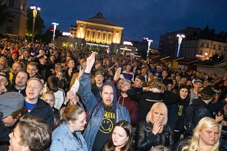 Poliisin arvion mukaan torille kerääntyi yöllä ainakin 5000–6000 ihmistä.