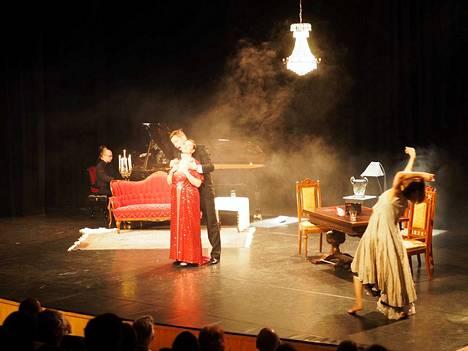 Herttua Siniparta (Mika Kares) kysyy Juditilta (Hannakaisa Nyrönen), pelkääkö hän. Vasemmalla Kirill Kozlovski (piano) ja oikealla Reetta Parvikko (tanssi).