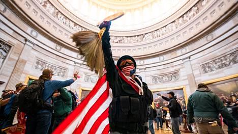 Mellakoitsijat tunkeutuivat loppiaisena Yhdysvaltain kongressitaloon. Yli 150 on saamassa mellakasta syytteen.
