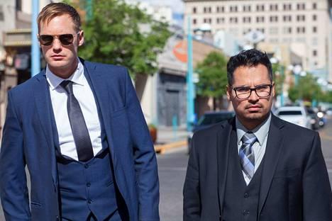 Uuteen-Meksikoon sijoittuva toimintakomedia kertoo kahdesta umpikierosta poliisista (Alexander Skarsgård ja Michael Peña), jotka eivät epäröi hyötyä rikollisten kustannuksella.