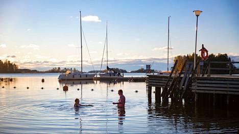 Laitakarin Merihelmi on suosittu sauna- ja uintipaikka. Arkistokuva.
