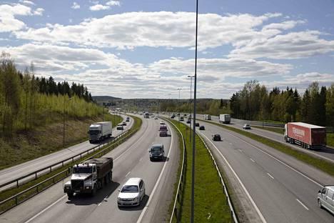 Tältä näytti valtatie 3:lla Lempäälän eritasoliittymän kohdalla tiistaina iltapäivällä ruuhka-aikaan.