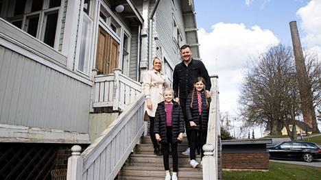 Moona, Jesse, Iida ja Adele (edessä) Niittymäki Herrainmäen Villa Ryselinin portailla. Vuonna 1899 rakennetun talon remontti on kiinnostanut kaupunkilaisia heti urakan alusta saakka.