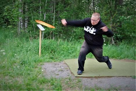 Vesa Känä on harrastanut frisbeegolfia kahdeksan vuotta. Keltainen kiekko on irronnut kädestä tavoitteena kori 110 metrin päässä.