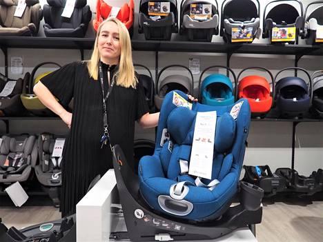 Uusimmat neljään ikävuoteen asti käytettävät turvaistuimet kääntyvät molempiin istumasuuntiin, tamperelaisen Wauva-lastentarvikeliikkeen omistaja Elina Komulainen näyttää.